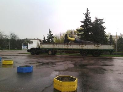 Упавший памятник Ленину покинул центральную площадь Краматорска