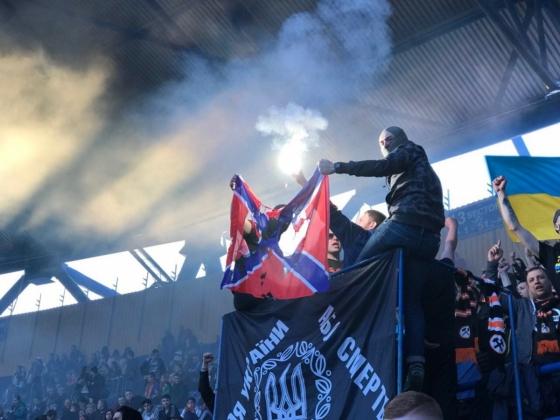 Фанаты «Шахтера» сожгли флаг «Новороссии» на матче с «Динамо»