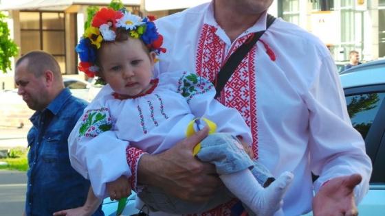 В Славянске День вышиванки отметили флешмобом