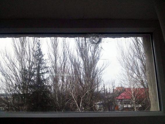 Появились фото последствий обстрела школы вМарьинке