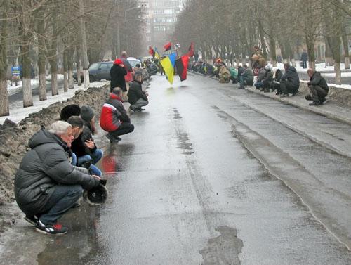 Наколенях: вКраматорске попрощались спогибшим бойцом-добровольцем АТО
